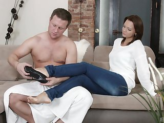 Emily Thorne gets her pussy pleased by sex-mad guy in rub-down the yard