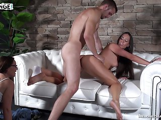Bootylicious MILF Wendy Moon helps dude with erection and gets pussy fucked