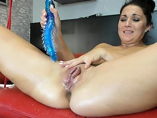 Squirting latina fisting and toying the brush pussy