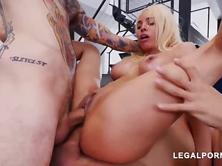 Luna Starlet is a immense culo light-haired unfocused who loves close by get doublefucked, until she ejaculates