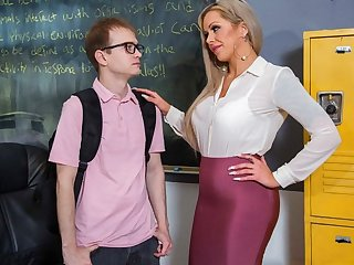 The nurse libertine seduced student for sex in the office...
