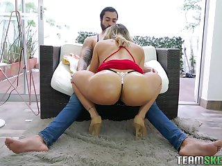 Big booty Latina MILF Carolina Ruiz dines at bottom the dick aggressively