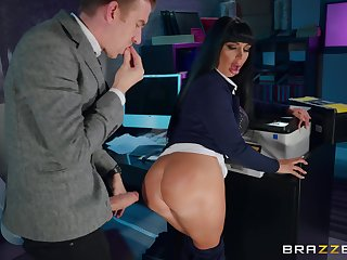 Office quickie in the middle of woman of easy virtue in cougar Valentina Ricci